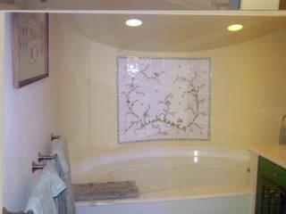 Fresque personnalisée décor traditionnel Moustiers: Salle de bains de style  par LALLIER-MOUSTIERS(FAIENCERIE DES TROIS L SARL)