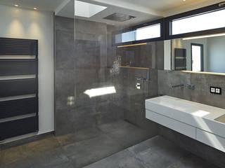 Casas de banho modernas por LEE+MIR Moderno
