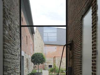 Réalité: Couloir et hall d'entrée de style  par Luc Spits Architecture