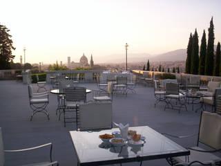 Villa Vedetta: Terrazza in stile  di CONCERTO FINE ITALIAN HOTELS