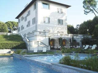 Villa Vedetta: Piscina in stile in stile Moderno di CONCERTO FINE ITALIAN HOTELS