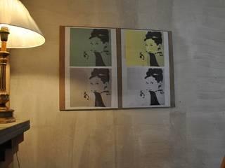 Le stampe incorniciate donano un tocco raffinato alla casa:  in stile  di Sublacense Home Staging