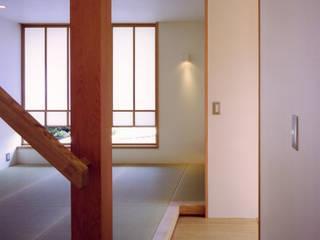 Livings de estilo asiático de 辻健二郎建築設計事務所 Asiático