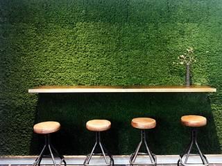 muschio e ottone: Bar & Club in stile  di conscious design - interiors