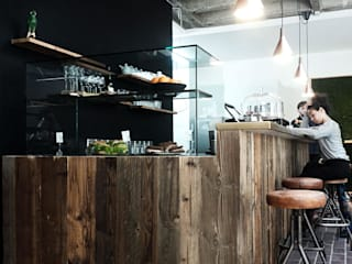 bancone di legno: Bar & Club in stile  di conscious design - interiors
