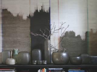 tapezzeria e vasi:  in stile  di conscious design - interiors