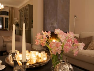 decorazione camino soggiorno: Soggiorno in stile  di conscious design - interiors