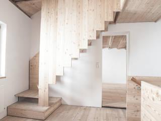 Treppe Neu:  Flur & Diele von Studio für Architektur Bernd Vordermeier