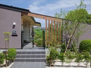 庭を楽しみながら暮らす家: アトリエグローカル一級建築士事務所が手掛けた家です。