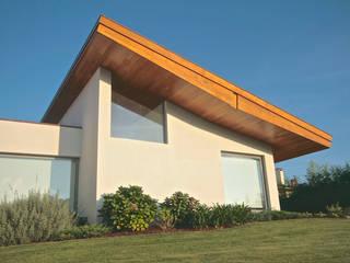 House SM Feira: Casas  por Urban Core