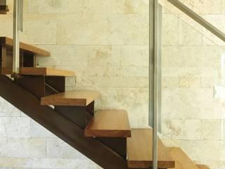 Stair detail Ramirez Arquitectura Vestíbulos, pasillos y escalerasEscaleras Madera Marrón