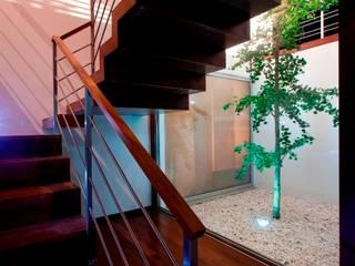 Mina do Pintor #72 House: Corredores e halls de entrada  por Urban Core