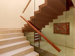 Escaleras: Vestíbulos, pasillos y escaleras de estilo  por VICTORIA PLASENCIA INTERIORISMO