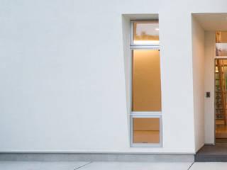 Puertas y ventanas de estilo ecléctico de 優人舎一級建築士事務所 Ecléctico