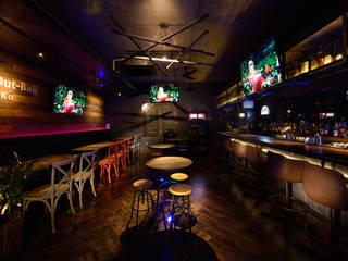 Bares y Clubs de estilo  de design work 五感+, Clásico
