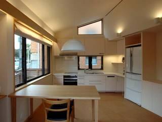 文京の住宅: 深澤設計が手掛けたリビングです。