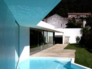 Modern Pool by MANUEL CORREIA FERNANDES, ARQUITECTO E ASSOCIADOS Modern