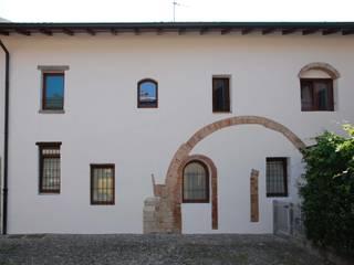 Prospetto sul cortile del Castello: Case in stile in stile Minimalista di Studio RAL3020