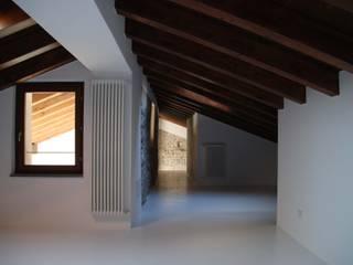 Scorcio dello studio: Studio in stile in stile Minimalista di Studio RAL3020