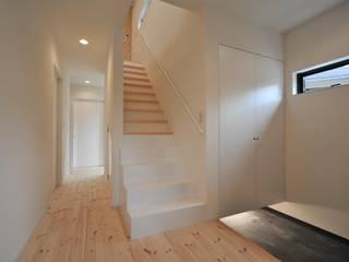 若山建築設計事務所 Minimalist corridor, hallway & stairs Wood White