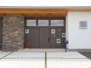 蛍の家: 遠藤知世吉・建築設計工房が手掛けた廊下 & 玄関です。