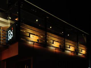 Bares y Clubs de estilo  de design work 五感+, Ecléctico