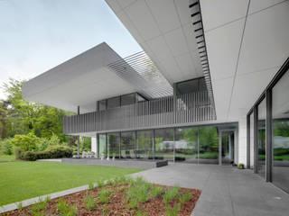 Marlow Hill Umbris Balcony Solar Shading Balcones y terrazas modernos de IQ Outdoor Living Moderno Aluminio/Cinc