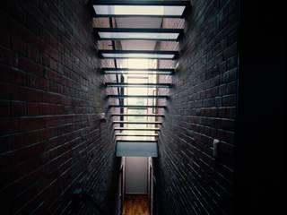 壁に住む家 モダンスタイルの 玄関&廊下&階段 の 合資会社d.n.a. モダン