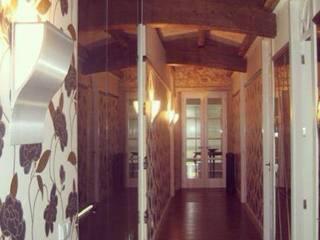 Classic style corridor, hallway and stairs by MANUEL LAMARCA. Tapicería&Decoración Classic