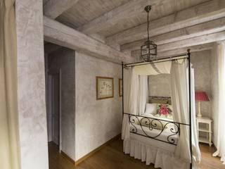 Ambienti - Finiture parietali con intonaci antichi Camera da letto in stile classico di Tre Mani Design Classico
