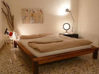 realizzazioni: Camera da letto in stile in stile Moderno di l'albero bello