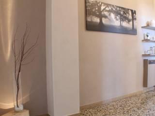 La casa che non ti aspetti: Ingresso & Corridoio in stile  di FEELatHOME di Elena Confortini architetto