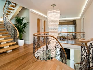 BESPOKE CHANDELIER AND STAIRCASE:  Corridor & hallway by Shandler Homes Ltd