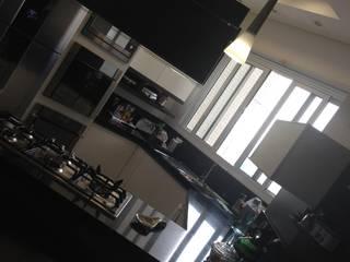 Cozinha em ilha Cozinhas modernas por Laura Picoli Moderno