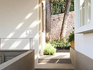 Casa Horizonte 9: Pasillos y vestíbulos de estilo  de Mayúscula Arquitectos