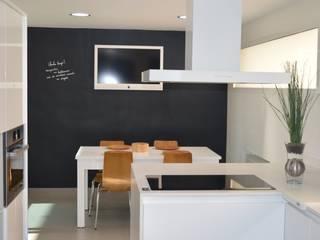 COCINA EN BLANCO Y NEGRO Cocinas de estilo moderno de INTRO interiorismo Moderno