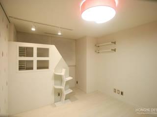 4인가족이 사는 화이트톤의 깔끔한 집_32py: 홍예디자인의  아이방,