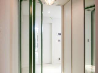 4인가족이 사는 화이트톤의 깔끔한 집_32py 모던스타일 복도, 현관 & 계단 by 홍예디자인 모던