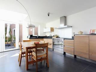 ruime en lichte woonkeuken Moderne keukens van JANICKI ARCHITECT Modern