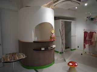 キャッシャーカウンター: モノマ建築設計事務所が手掛けたオフィススペース&店です。
