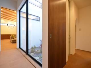 Modern Corridor, Hallway and Staircase by studio acca 一級建築士事務所 Modern