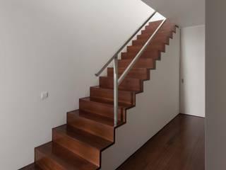 Casa em Matosinhos I Pasillos, vestíbulos y escaleras de estilo moderno de Jorge Domingues Arquitectos Moderno