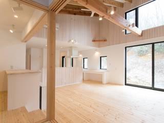 IZUMI HOUSE : 株式会社テイクス設計事務所が手掛けたリビングです。