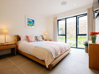 Gwel an Treth, Sennen Cove | Cornwall Moderne slaapkamers van Perfect Stays Modern