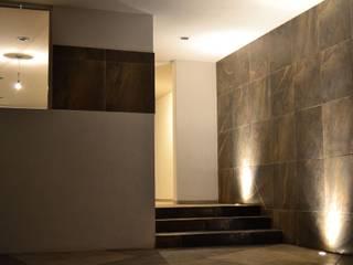 ห้องโถงทางเดินและบันไดสมัยใหม่ โดย AURA Proyecta โมเดิร์น