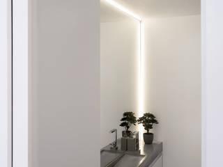 Sloane Gardens, London Modern bathroom by ÜberRaum Architects Modern