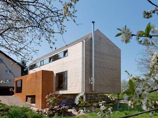 Cherry Blossom House (German Passivhaus) Modern balcony, veranda & terrace by ÜberRaum Architects Modern