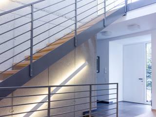 Wohnhaus in Siedlungslage, Österreich Moderner Flur, Diele & Treppenhaus von STUDIO 54 Ziviltechniker GmbH Modern