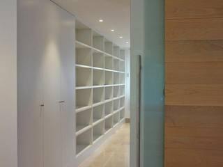 Vivienda Unifamiliar. La Moraleja. MADRID. Pasillos, vestíbulos y escaleras de estilo moderno de M66.arquitectos. Moderno