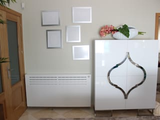 Móvel Bar, com pormenor em inox, Estrutura para cobrir aquecimento, Molduras de parede.:   por Andreia Louraço - Designer de Interiores (Contacto: atelier.andreialouraco@gmail.com)